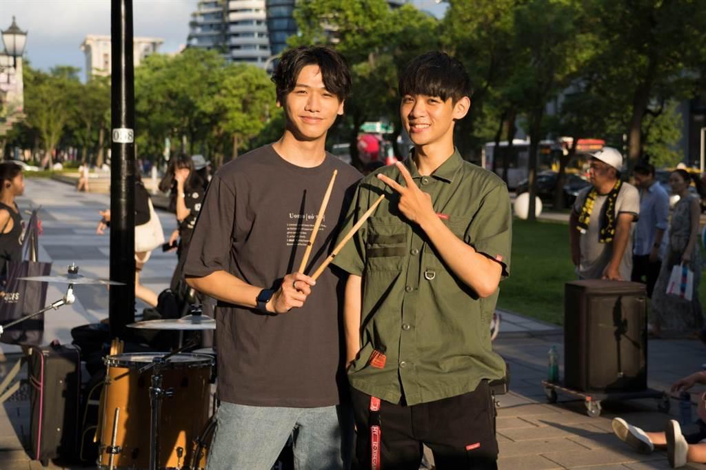 蔡旻佑日前挑戰和街頭表演者李科穎進行「一日街頭駐唱」。(何樂音樂提供)