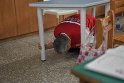 副總統趴在椅子下 地震避難來真的