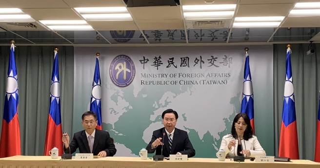 外交部長吳釗燮召開記者會宣佈與吉里巴斯斷交。(楊孟立攝)