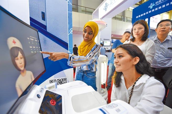 大陸「互聯網+醫療」已有長足發展。圖為9月6日,中阿博覽會「互聯網+醫療健康」產業展在寧夏回族自治區銀川市舉辦。(新華社)