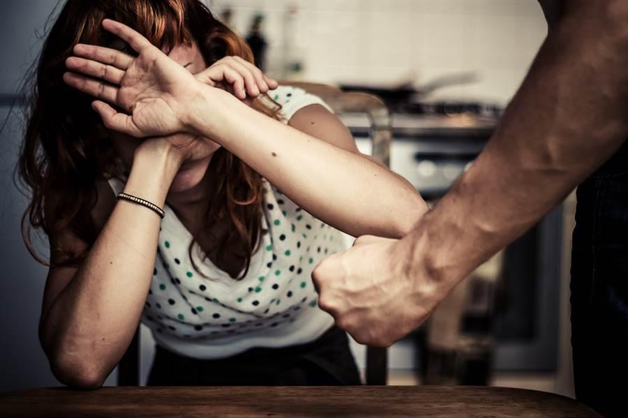 男友癡迷換妻遊戲 她求分手臉被割爛(示意圖/達志影像)