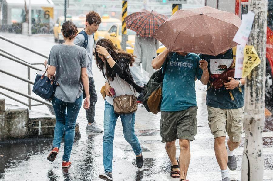 20、21日受東北風及颱風外圍環流影響,幾乎全台有雨,周五晚間到周六雨勢最明顯,恐有局部較大雨勢。(本報系資料照)