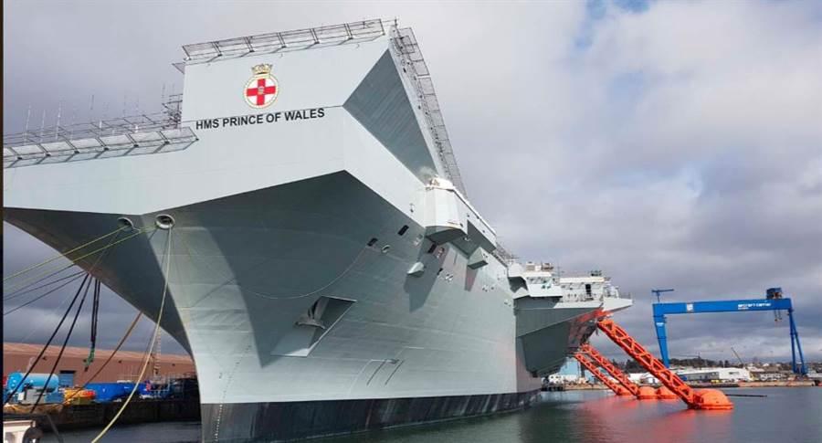 英國最新航母「威爾斯親王」號準備首航的畫面。(英國皇家海軍)