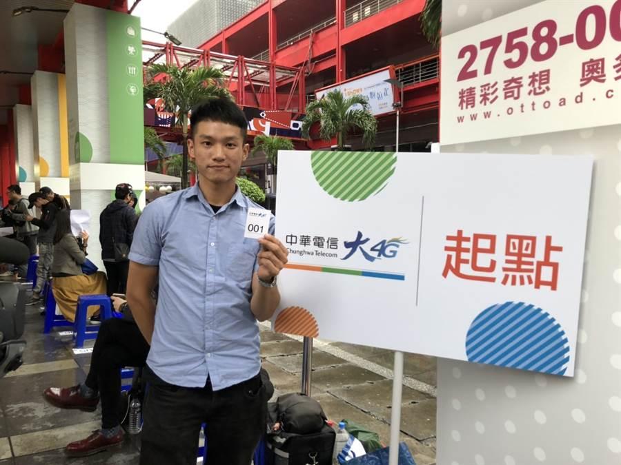 中華電信iPhone 11開賣頭香果粉洪先生,可獲贈iPhone 11 Pro 256GB夜幕綠一支。(黃慧雯攝)