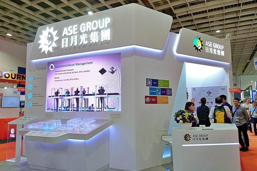 日月光集團此次在2019國際半導體展(SEMICON Taiwan)會場中,展示異質整合封裝技術與智慧工廠相關應用。(林資傑攝)