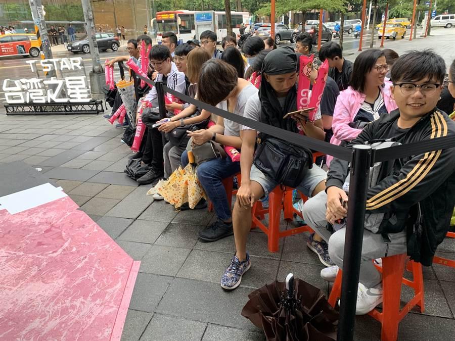 台灣之星iPhone 11開賣排隊第一位的李先生(右)。(黃慧雯攝)