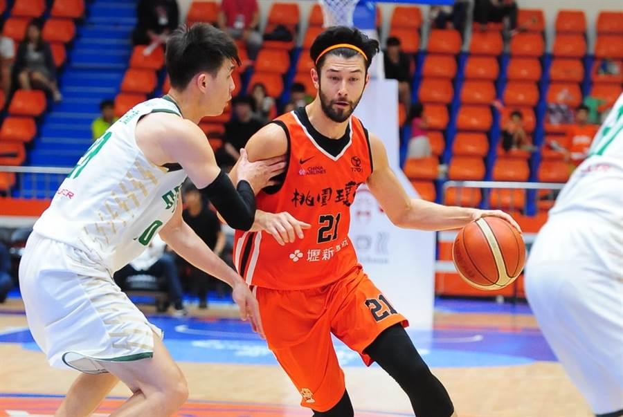簡浩在SBL新球季換穿裕隆球衣,這將是他生涯效力第4支SBL球隊。(中華籃協提供)