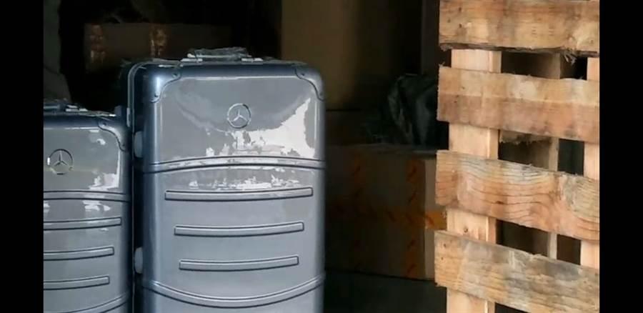 現場查扣疑似仿冒的知名品牌行李箱。(袁庭堯攝)