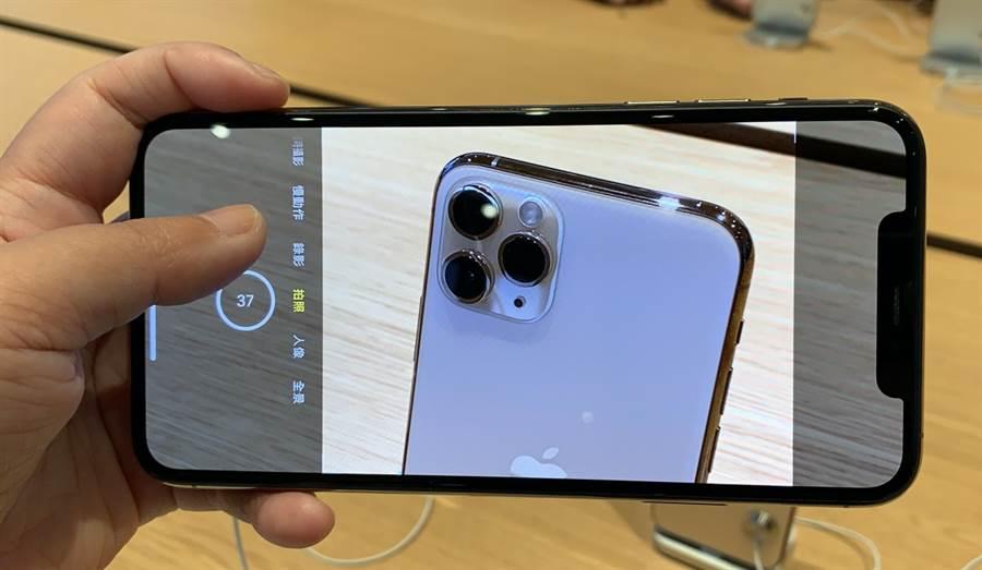 iPhone 11 Pro Max的相機介面與過往不同。(黃慧雯攝)