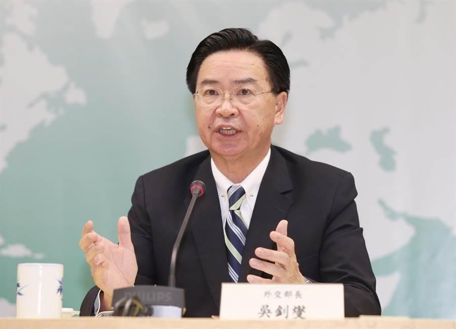 針對吉里巴斯與我斷交,外交部長吳釗燮在記者會中說明。(姚志平攝)