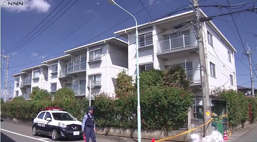 日學童17日在家中被繼父勒斃,警方在他家周邊搜查。(翻攝自日本電視台新聞畫面)
