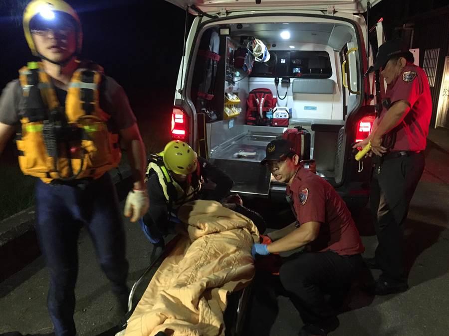 搜救人員救起張男趕緊裹上毯子保暖。(翻攝照片/巫靜婷苗栗傳真)