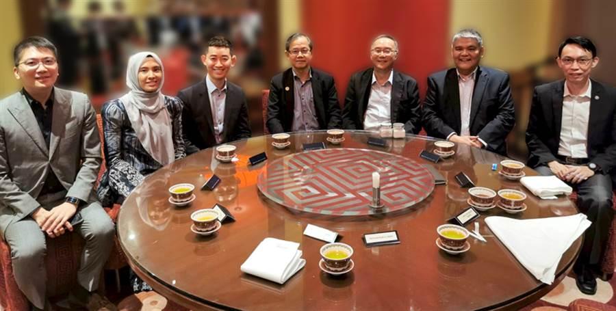 左一全宇生技彭士豪董事長;左二馬來西亞國會議員YB PUAN NURUL IZZAH;左三葡萄王生技曾盛麟董事長;左四馬來西亞衛生部副部長YB DR.LEE BOON CHYE;右二康寧創辦人MR CHONG YEOW SIANG。(圖/業者提供)
