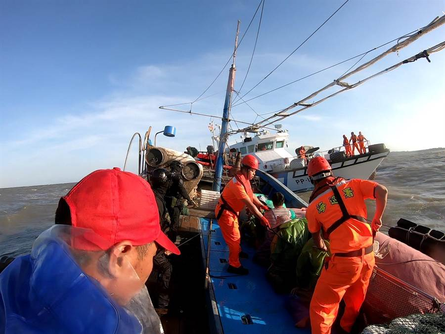 海巡以優勢噸位和兵力強勢登檢,逮捕越界作業的大陸漁船。(金門海巡提供/李金生金門傳真)