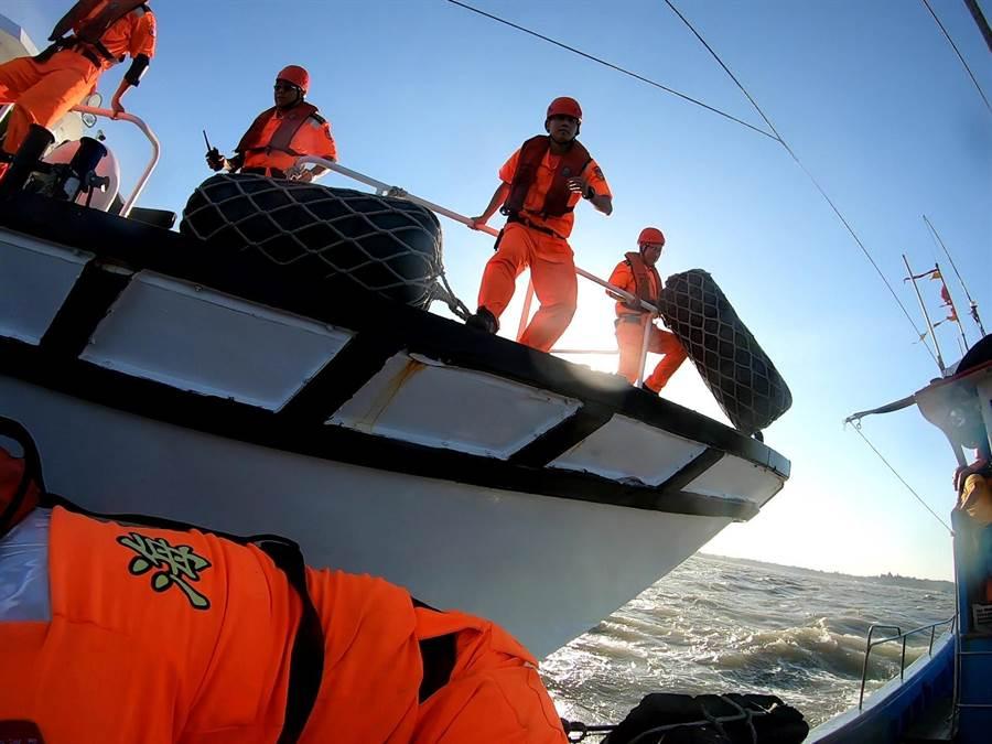 海巡幹員冒著惡風險浪強勢登檢。(金門海巡提供/李金生金門傳真)