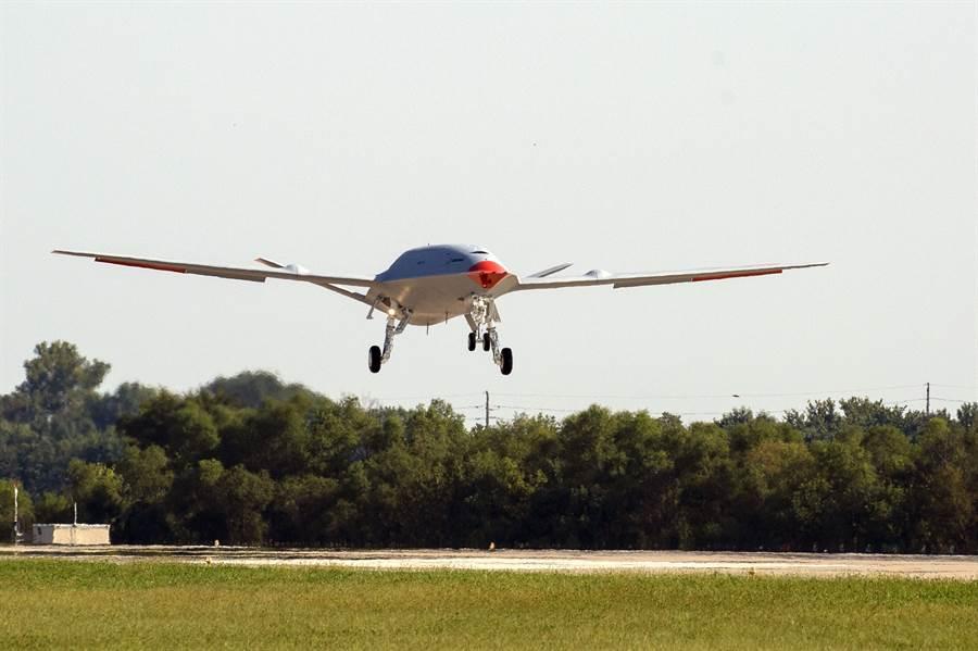 美國第一款艦載無人加油機MQ-25「刺魟」測試機19日已成功完成首飛。(波音)