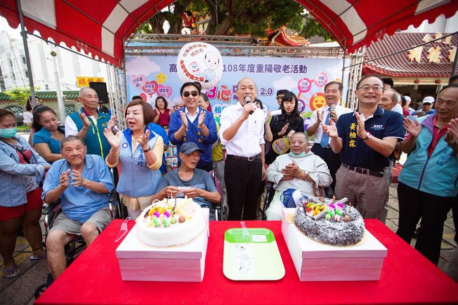 韓國瑜與多名90多歲的高齡長者開心唱生日快樂歌、切蛋糕慶祝,強調長照政策的重要性。(袁庭堯攝)