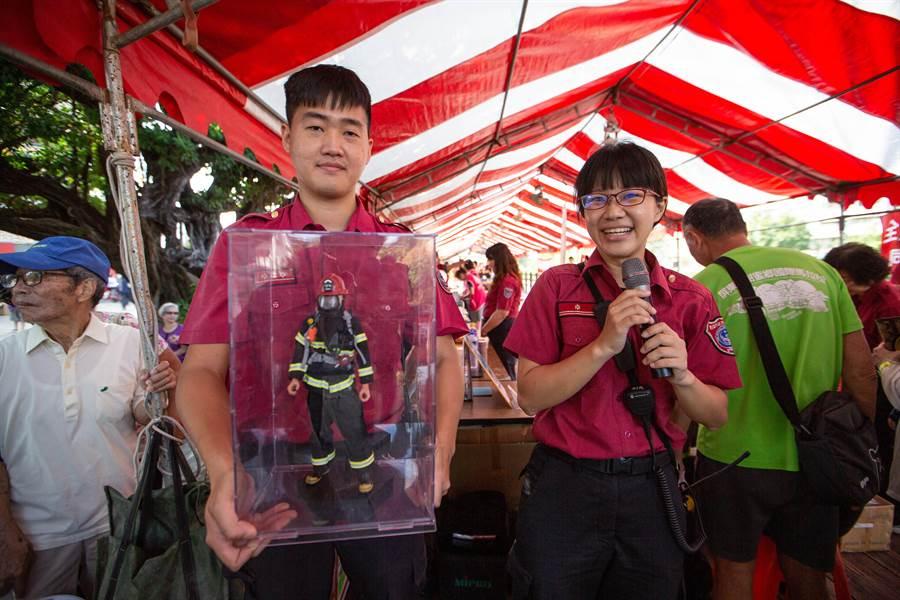 鼎金消防隊員蕭明修(左)表示,帥氣逼真的消防隊員公仔是推廣防火安全教育的利器。(袁庭堯攝)