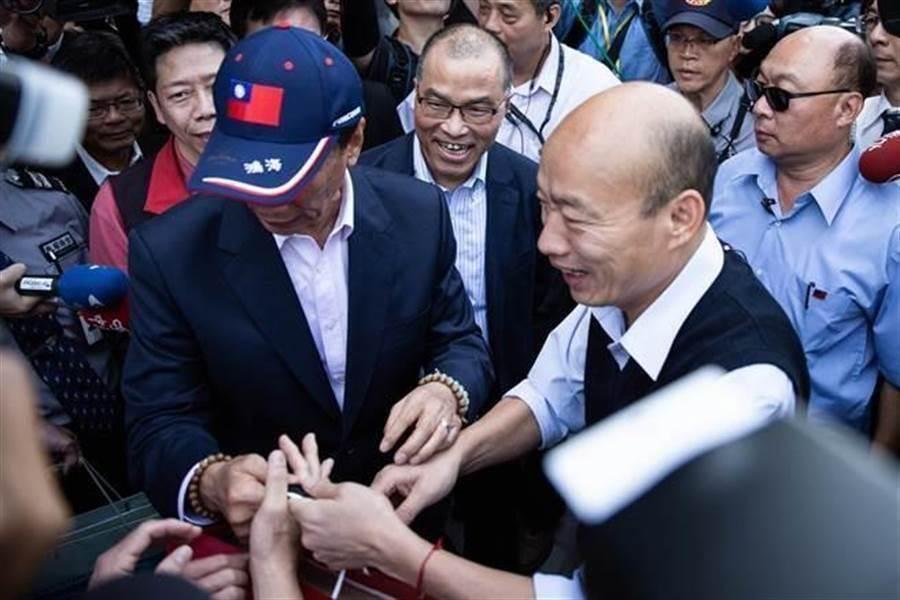 鴻海創辦人郭台銘(左)和國民黨總統參選人韓國瑜(右)。(中時資料照片)