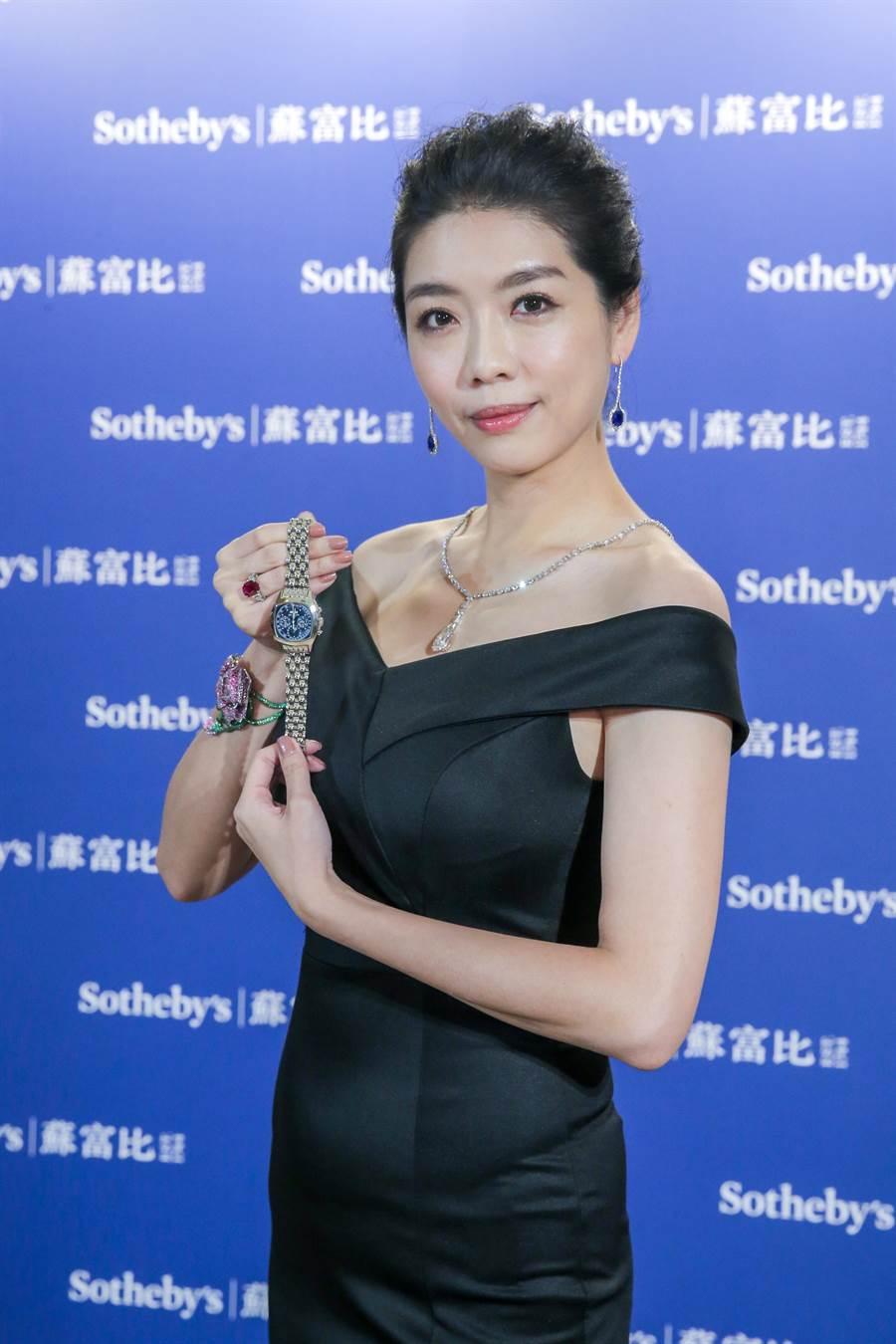 百達翡麗腕表仍是拍賣會上的霸主,模特兒展示百達翡麗5020 鉑金萬年曆計時腕表,起拍價為450萬港幣。(盧禕祺攝)