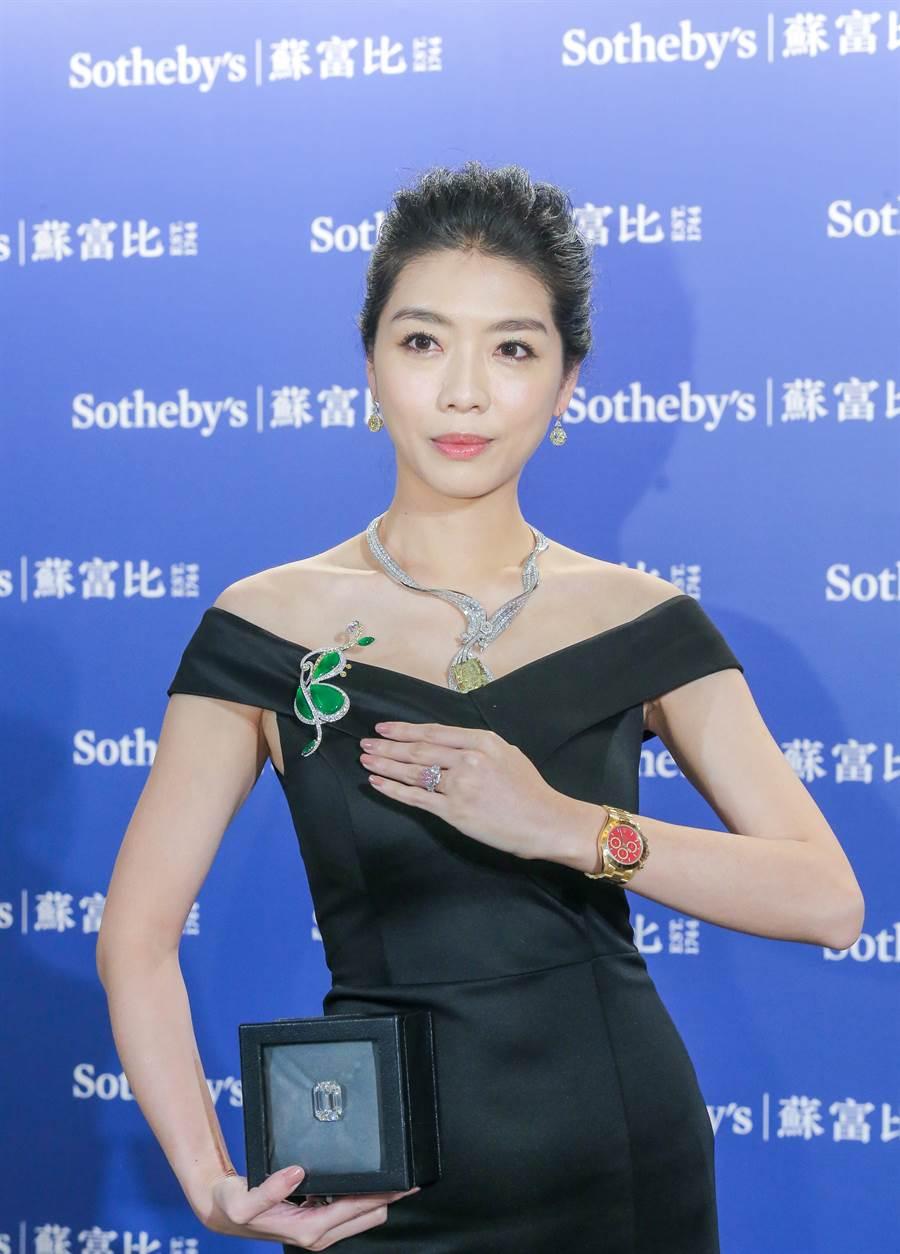 蘇富比台北預展有三大美鑽,分別是10克拉的粉紅鑽戒指、 Anna Hu的「敦煌琵琶」黃鑽項鍊和一枚80.88克拉的鑽石,奢華破表。(盧禕祺攝)