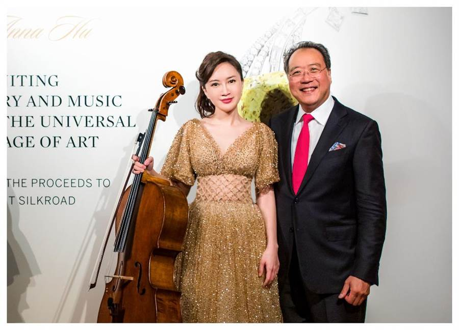 台灣珠寶設計師胡茵菲Anna Hu與大提琴家馬友友日前在香港蘇富比合奏演出,為「絲路音樂」系列珠寶登上拍賣會暖場。(Sotheby's提供)