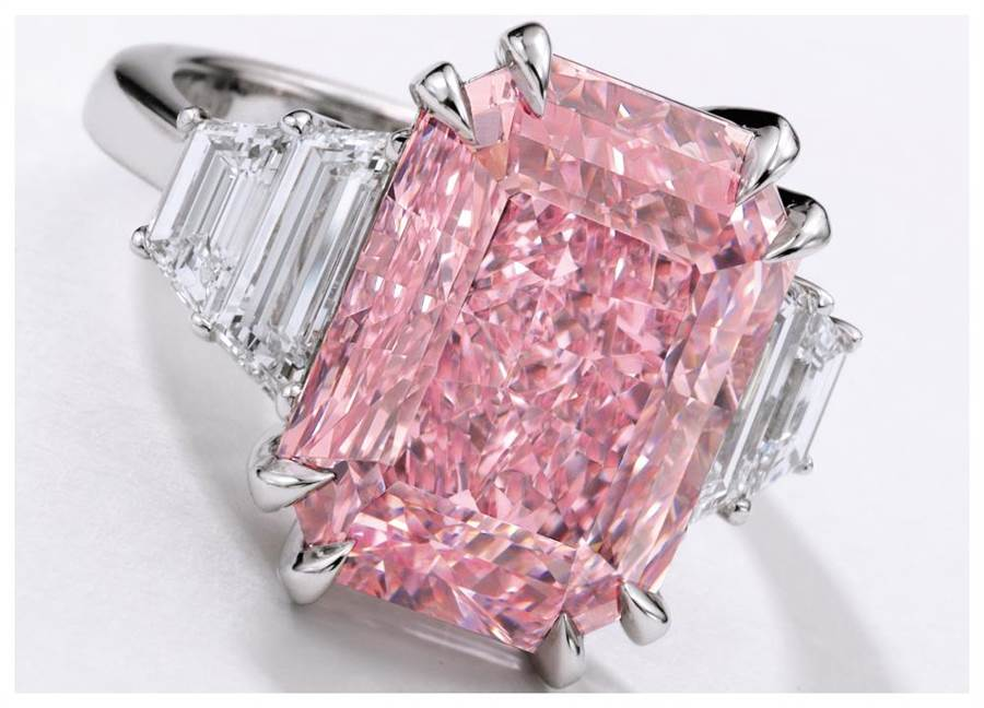 蘇富比台北預展領拍珠寶為一只逾10克拉的粉紅鑽戒指,起拍價1.5億元港元。(Sotheby's提供)