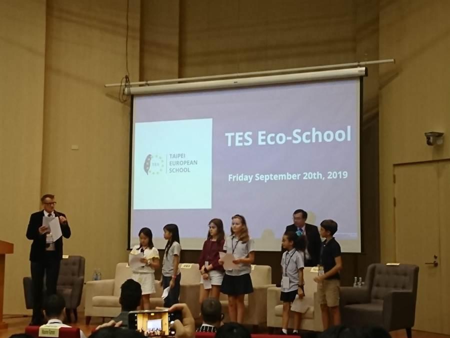 台灣歐洲學校的小朋友也上台表達理念。(廖德修攝)