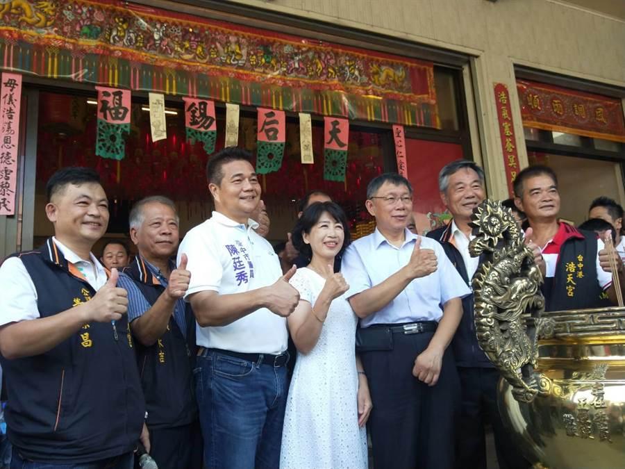 市議員陳挺秀(左三)與柯文哲(右三)友好,只要柯來台中海線,必定一路作陪。(陳淑娥攝)