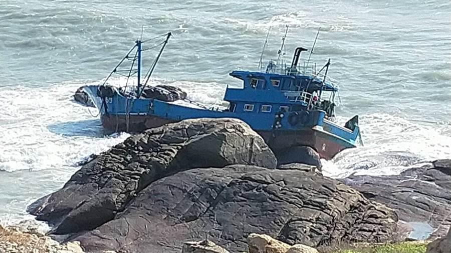 大陸漁船「閩泉台漁06659號」昨(19)日深夜11時許,在金門北碇海域側翻擱淺,船上7人均被駐軍救援上岸。(取自金門縣環保局官網/李金生金門傳真)