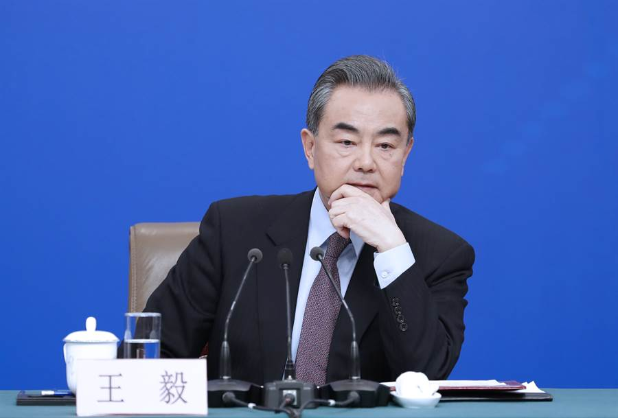 今年3月北京兩會期間,大陸國務委員兼外交部長王毅主持了中外記者新聞發布會。網民與媒體稱王毅當時已透露出與台灣斷交國家數目,這段影片最近再被網民瘋傳。(圖/新華社)