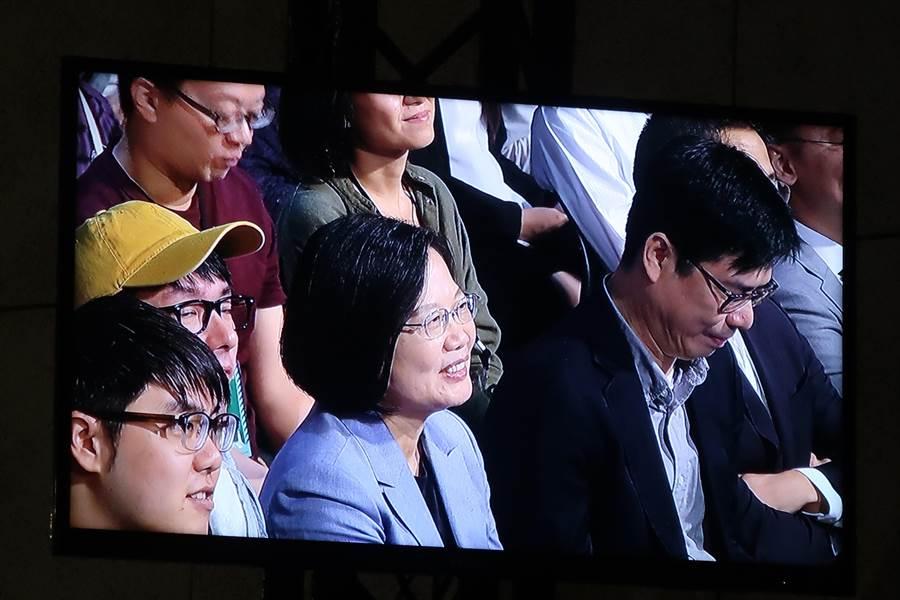 白天被斷交 總統晚上與支持者同歡。照片:曾薏蘋攝
