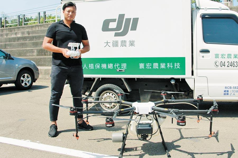 首位登場無人機術科考生鍾秉宏,19日頂住強風通過測驗。(何冠嫻攝)