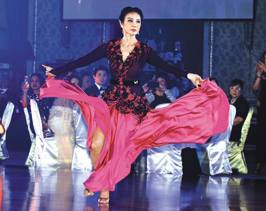 謝玲玲昨展露非凡舞藝,讓現場所有來賓嘖嘖稱奇。(粘耿豪攝)