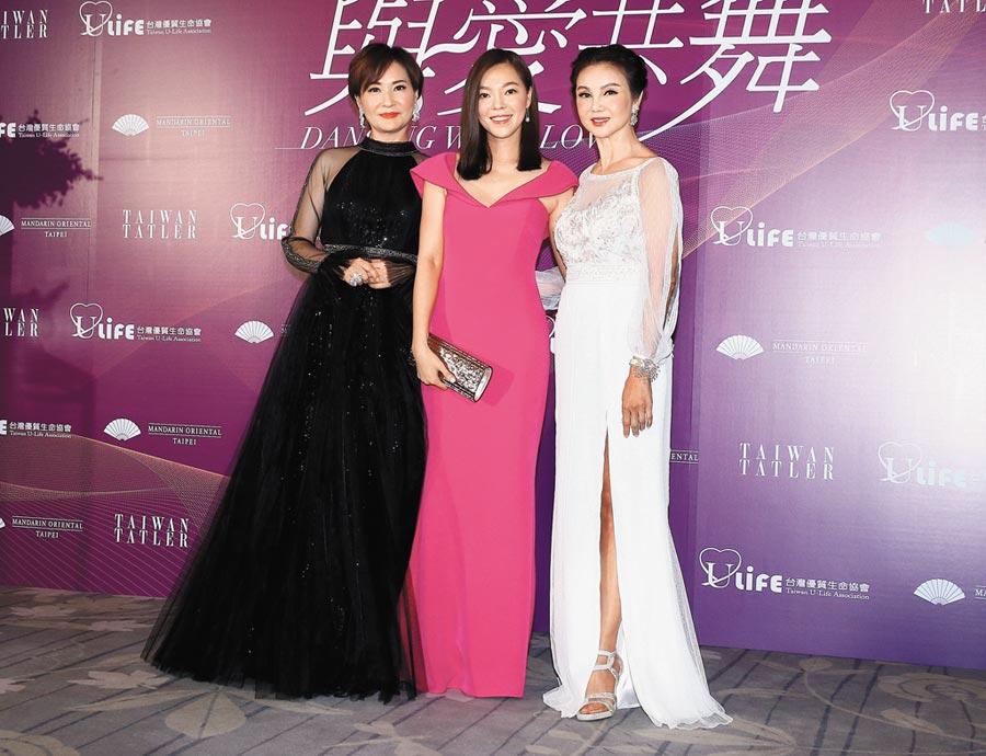 方芳芳(左起)、曾馨瑩與謝玲玲昨出席募款晚會,裝扮雍容華貴、典雅高尚。(粘耿豪攝)