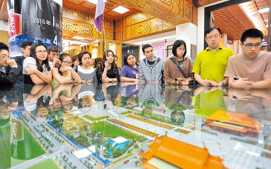 泰國團旅客參觀中正紀念堂。(本報系資料照片)