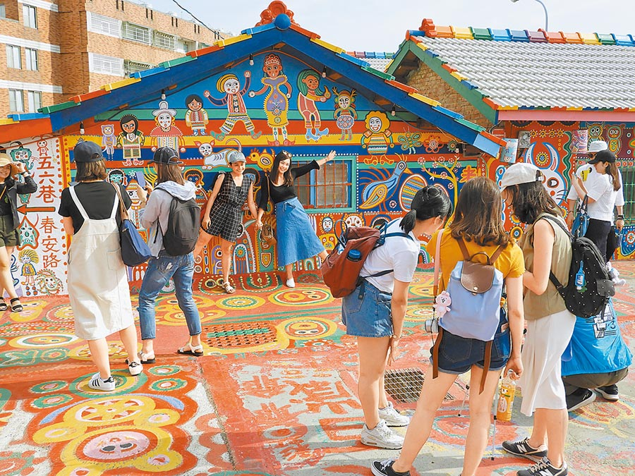 台中彩虹眷村,許多遊客忙著拍照。(本報系資料照片)