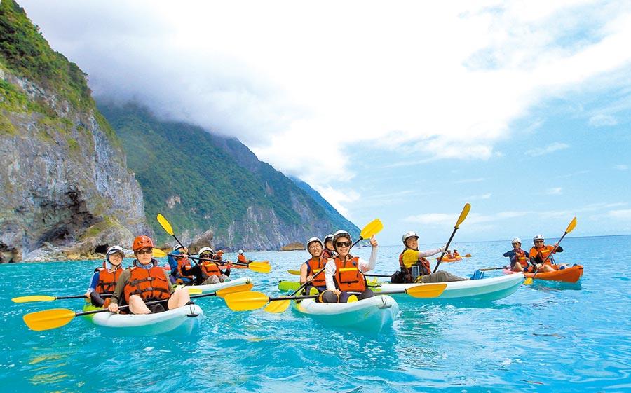遊客到花蓮清水斷崖海上划獨木舟,欣賞台灣海岸美景。(本報系資料照片)