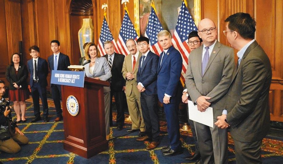 美國眾議院議長裴洛西(左三)9月18日在華府接見黃之鋒(右四)等人,召開記者會。(取自佩洛西Twitter)