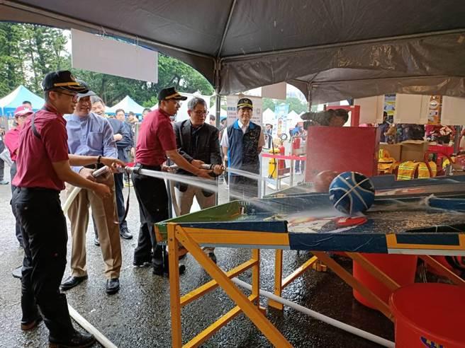 宣導活動設有各種體驗攤位,讓民眾學習防災救災知識。(消防局提供/林郁平台北傳真)