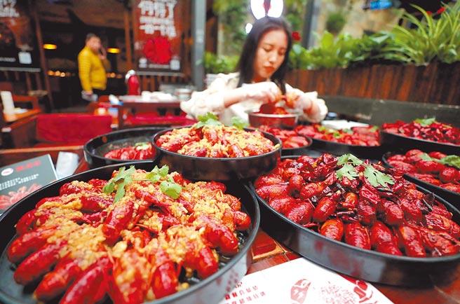 2018年4月22日,北京一名女食客挑戰300餘隻麻辣小龍蝦。(中新社)