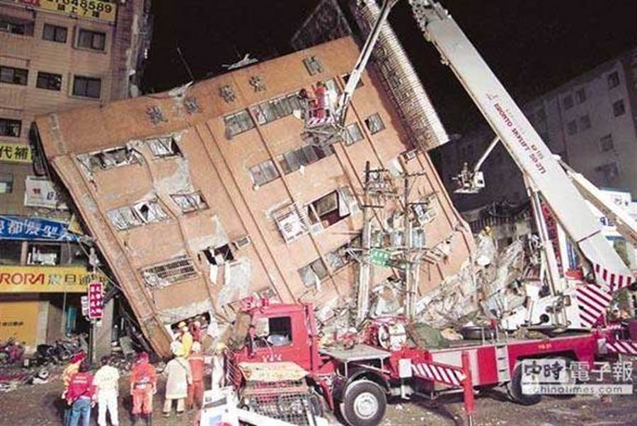1999年9月21日凌晨1:47分,台灣發生規模7.3大地震,造成台北市八德路東星大樓倒塌 (圖/本報資料照)