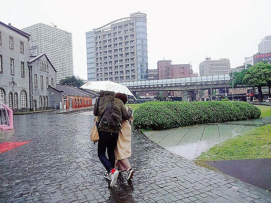 受到輕颱塔巴外圍環流影響,今(21日)北部會有局部大雨,基隆北海岸、大台北更可達到豪雨等級。(林宜靜 攝)