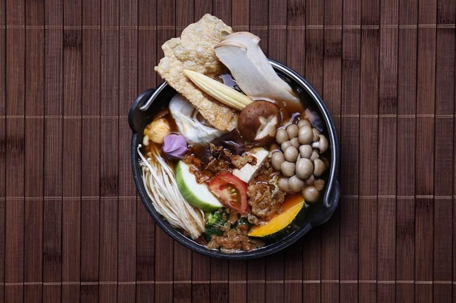 :「出雲鍋物」客家老滋味素鍋:以麻油爆香豆皮、乾香菇,再以乾香菇頭、蘿蔔等多種蔬菜熬煮湯頭。(馮惠宜攝)