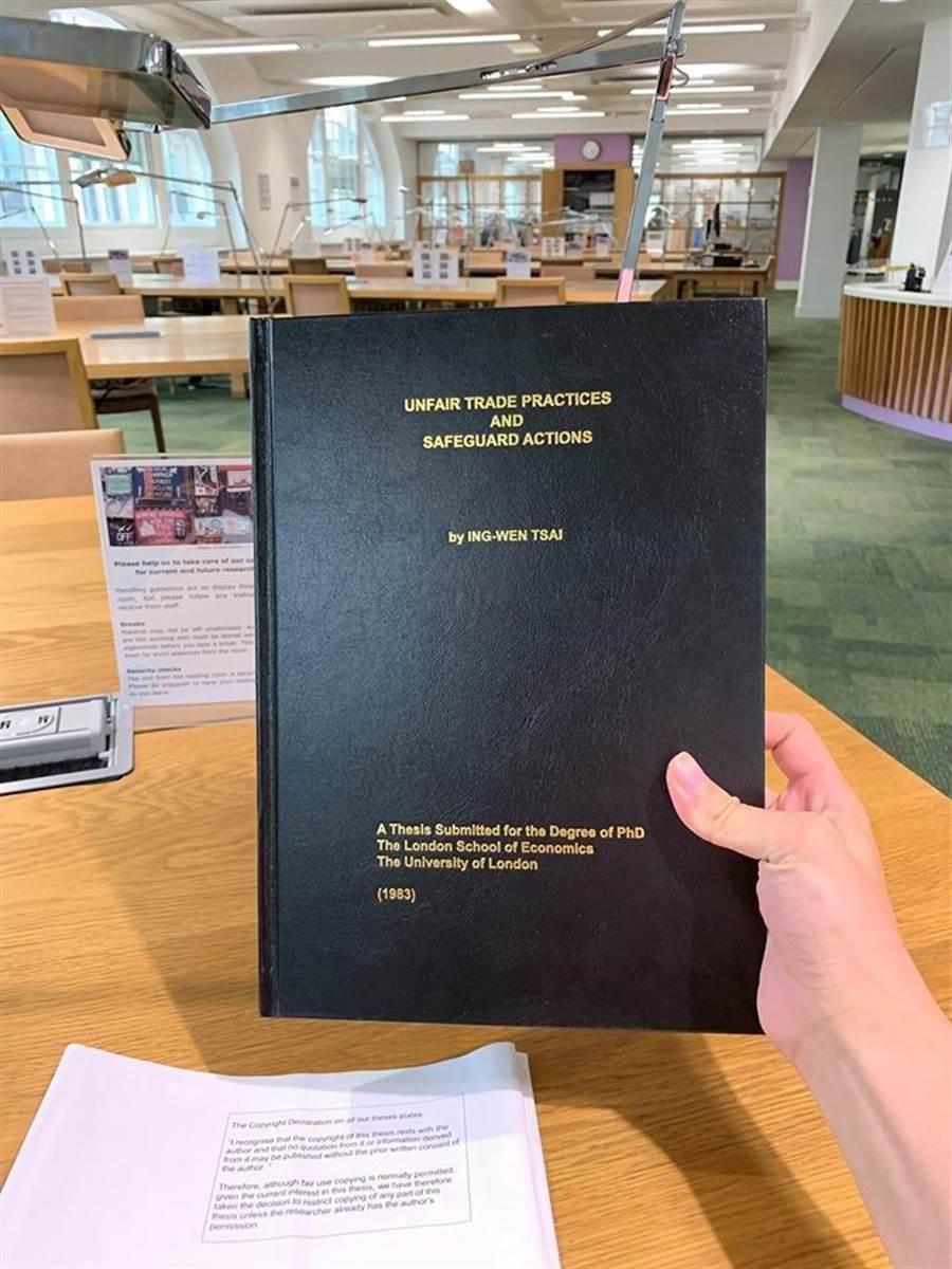 台大學生林冠廷赴倫敦政經學院借閱蔡英文總統的博士論文,並做成摘要。 (圖/擷自林冠廷臉書)
