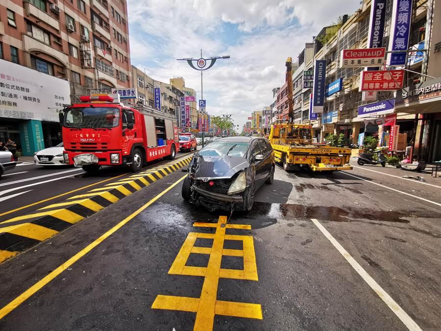 與小貨車發生擦撞的休旅車在強烈撞擊下右前車頭扭曲變形,逆向停在路中央內側道路。。(吳建輝攝)