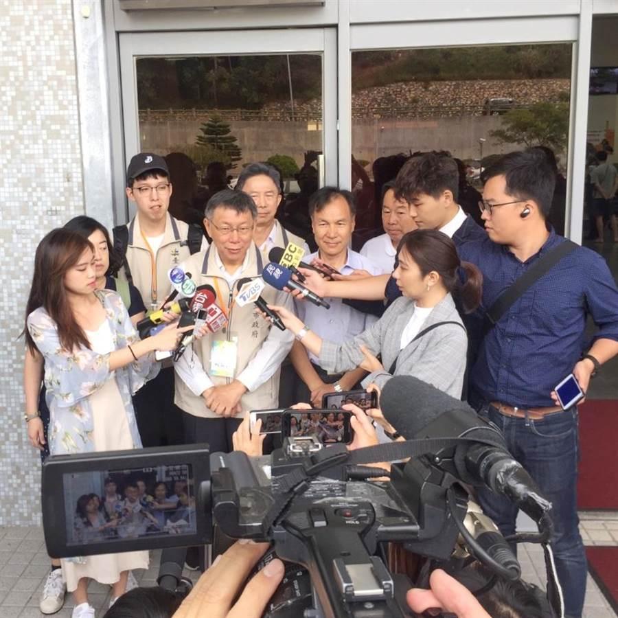 台北市長柯文哲今前往馬祖市政參訪,會前接受媒體聯訪。(摘自柯文哲官方LINE)