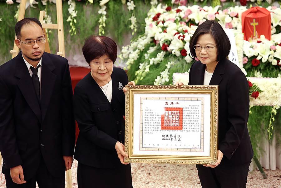 蔡英文總統(右)21日出席前立委謝聰敏追思禮拜並頒發褒揚令。(姚志平攝)
