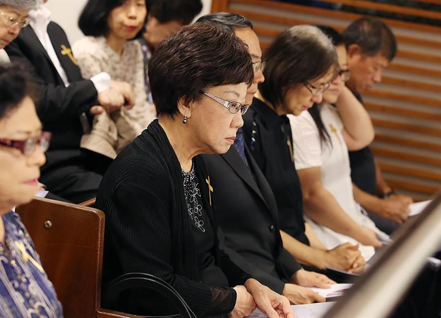 前副總統呂秀蓮(中)21日出席前立委謝聰敏追思禮拜,但未與蔡英文總統碰面。(姚志平攝)