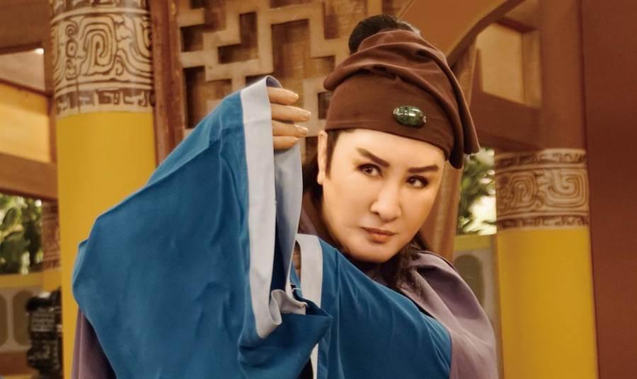 楊麗花演唱《忠孝節義》第一單元主題曲〈萬古流芳〉。(麗生百合提供)
